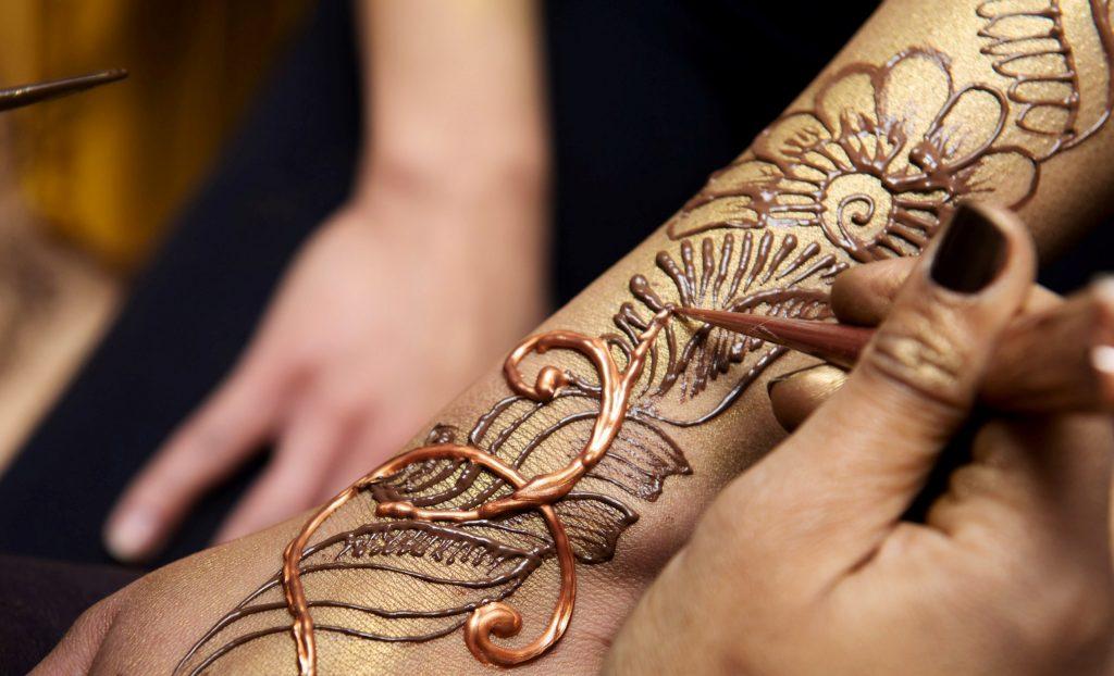 Нарисовать мехенди на руке в салоне Грааль